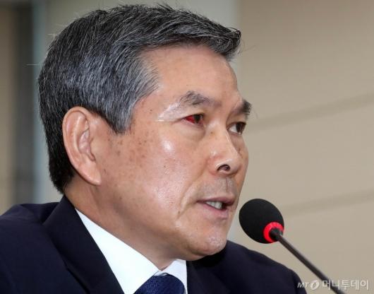 [사진]정경두 장관, 충혈된 눈으로 국방위 출석