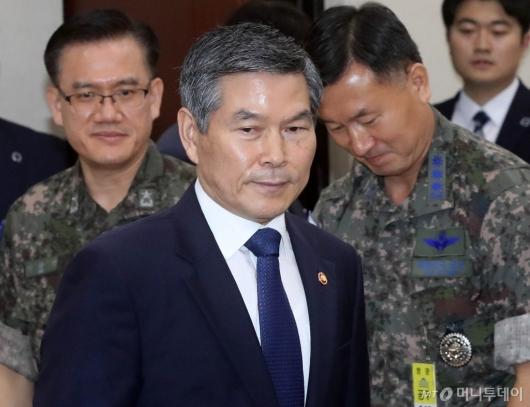 [사진]국방위 출석하는 정경두 장관