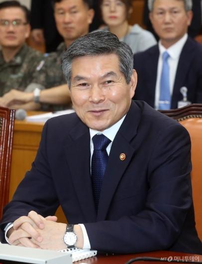 [사진]의원들과 인사 나누는 정경두 장관
