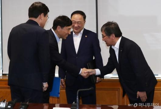 [사진]악수하는 이주열 총재-윤석헌 금감원장