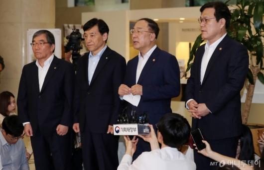 [사진]긴급거시경제점검회의 마친 홍남기 부총리