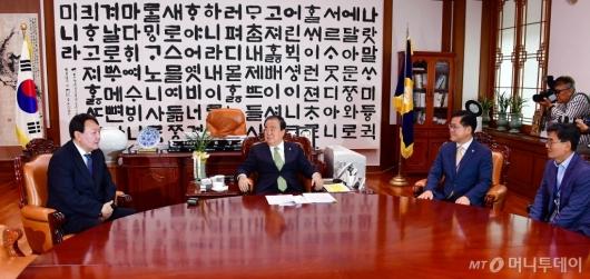[사진]국회의장과 환담 나누는 윤석열