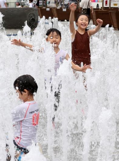 [사진]물놀이장 대신 바닥분수에서