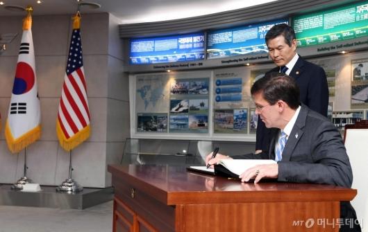 [사진]방명록 작성하는 마크 에스퍼 美 국방부 장관