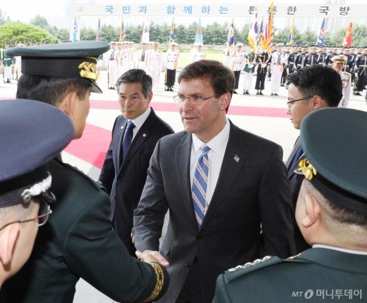 [사진]국방부 도착한 마크 에스퍼 美 국방부 장관