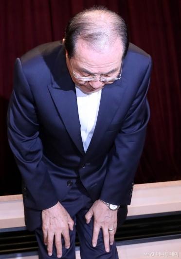 [사진]고개 숙여 사과하는 윤동한 회장