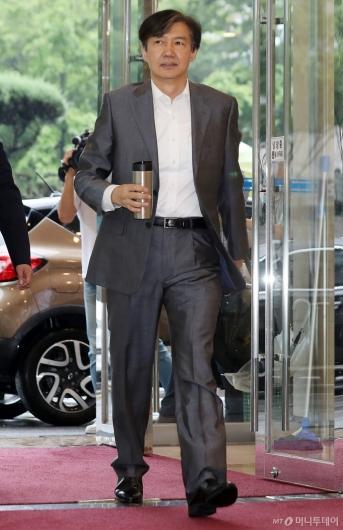 [사진]조국 법무부 장관 후보자 출근