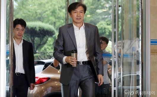 [사진]'인사 청문회 준비' 조국 법무부 장관 후보 출근