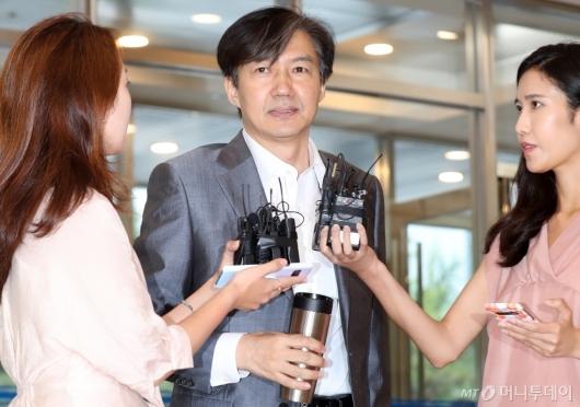 [사진]취재진 질의에 답하는 조국 후보자