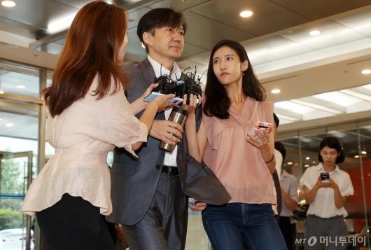 [사진]출근길 질문 받는 조국 법무부 장관 후보자