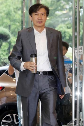[사진]텀블러 들고 출근한 조국 법무부 장관 후보자