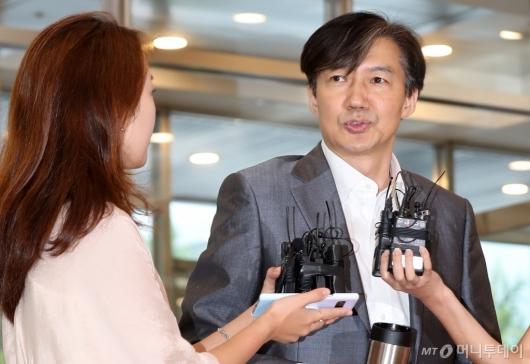 [사진]질문 받는 조국 법무부 장관 후보자