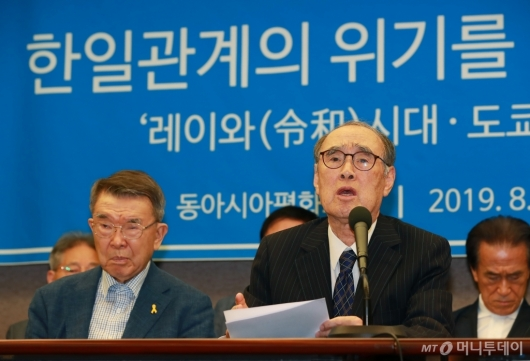 [사진]한일관계 특별성명 발표하는 이홍구 전 총리