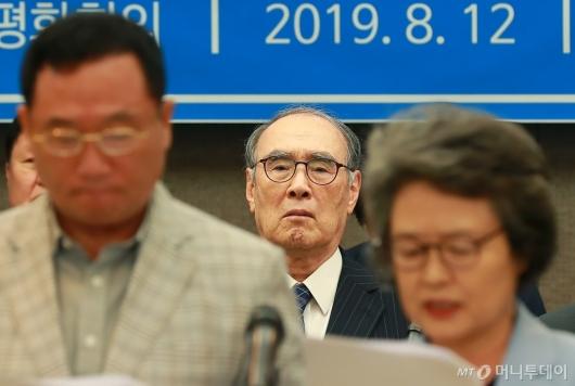 [사진]한일관계 특별성명 발표 듣는 이홍구 전 총리