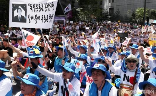 [사진]1400차 수요집회 나선 시민들