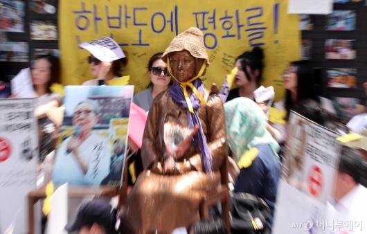 [사진]시민들과 함께하는 소녀상