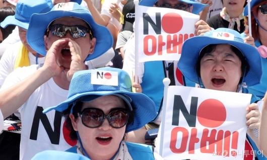 [사진]제1400차 수요집회에서 외치는 'NO 아베'