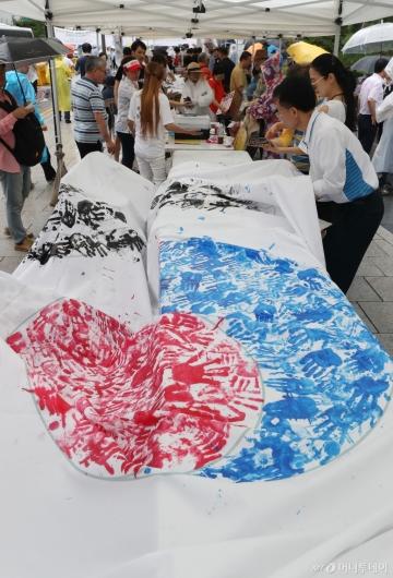 [사진]손도장으로 만드는 태극기