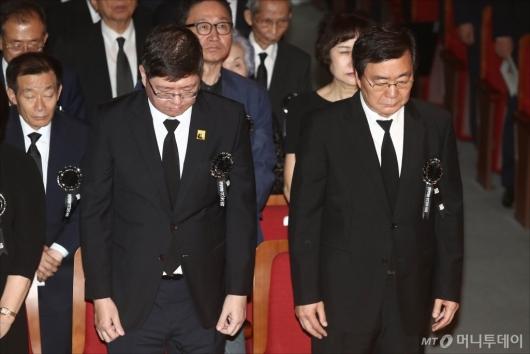 [사진]DJ 서거 10주기, 묵념하는 김홍업-김홍걸