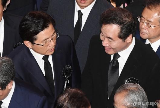 [사진]대화하는 이낙연 총리-황교안 대표