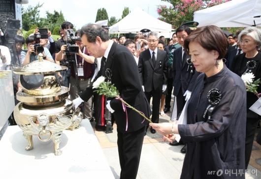 [사진]DJ 서거 10주기, 묘소 찾은 이낙연 총리와 장관들