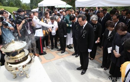 [사진]고 김대중 전 대통령 묘소 찾은 이낙연 총리와 장관들