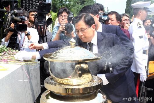 [사진]김대중 전 대통령 묘소 찾은 황교안 자유한국당 대표