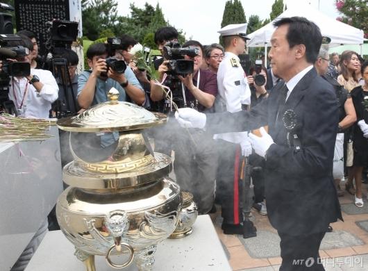[사진]DJ 묘소 찾은 손학규 바른미래당 대표