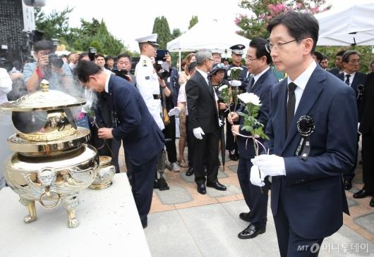 [사진]DJ 서거 10주기, 묘소 찾은 김경수 경남지사