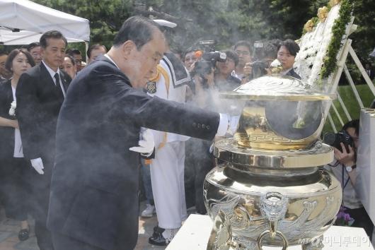 [사진]DJ 묘소 찾은 문희상 국회의장