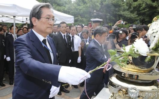 [사진]DJ 서거 10주기, 헌화하는 노영민 비서실장