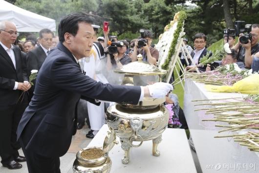 [사진]DJ 묘소 찾은 손학규 대표