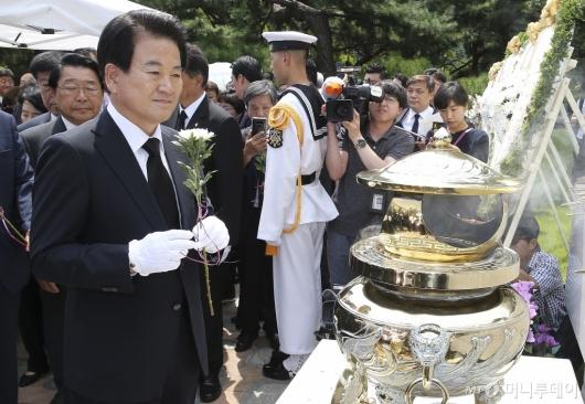 [사진]DJ 묘소 찾은 정동영 민주평화당 대표