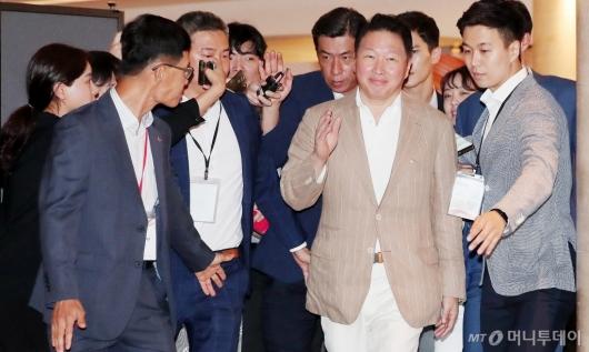 [사진]취재진에 둘러싸인 최태원 회장