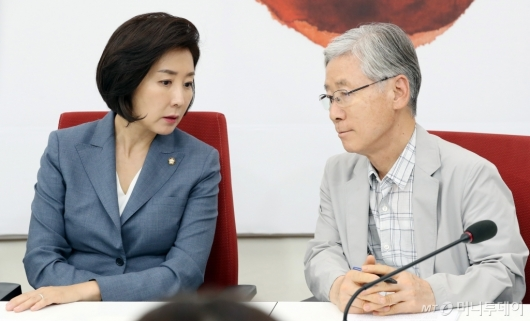 [사진]이야기하는 나경원 원내대표-여상규 법사위원장