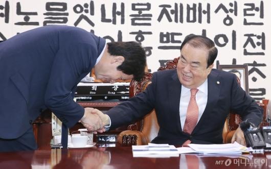 [사진]악수하는 문희상 국회의장-이인영 원내대표