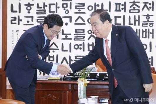 [사진]악수하는 문희상 국회의장-오신환 원내대표