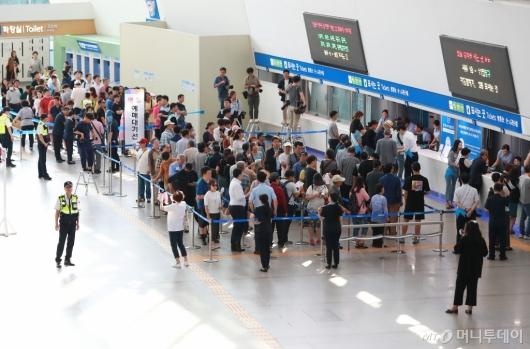 [사진]추석 열차표 예매 시작...인터넷 몰리고 서울역은 한산