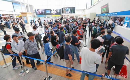 [사진]추석 열차표 예매 나선 시민들