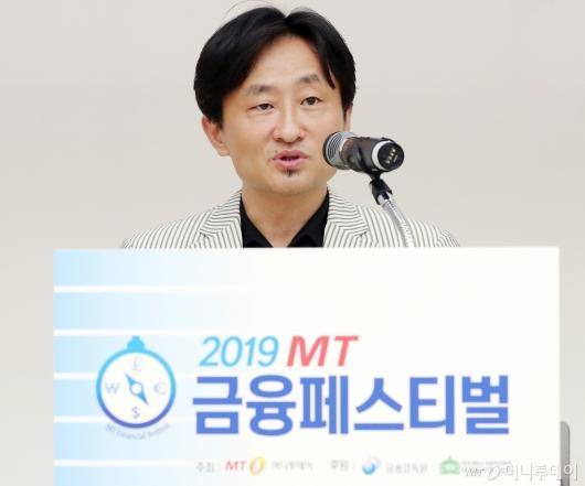[사진]심사평하는 안종혁 건국대 교수