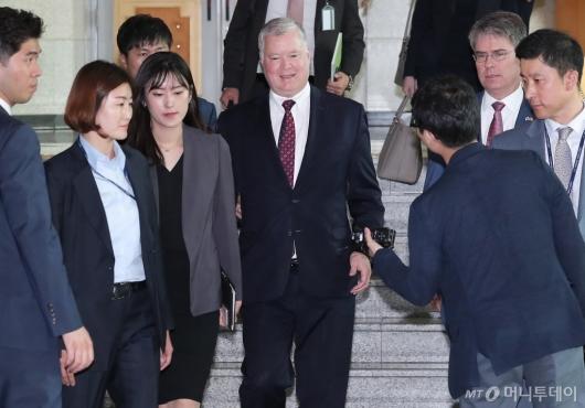 [사진]외교부 청사 들어서는 스티븐 비건