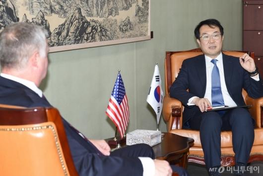 [사진]스티븐 비건 대표 만난 이도훈 평화교섭본부장