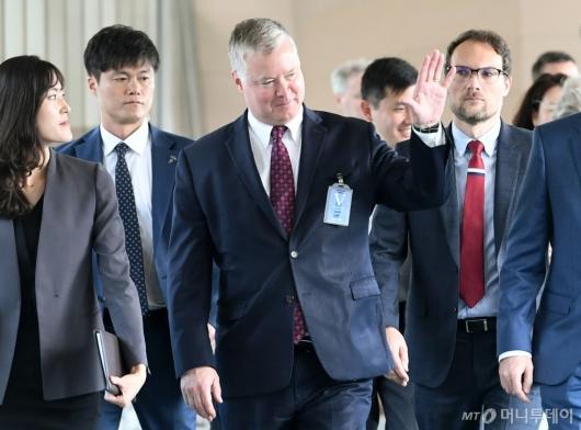 [사진]손 흔드는 스티븐 비건 美 대북특별대표