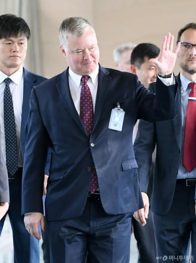 [사진]외교부 들어서는 스티븐 비건 美 대북정책특별대표