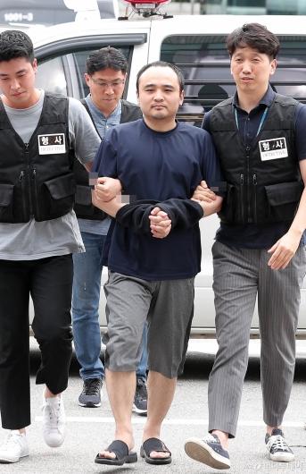 [사진]경찰서 들어서는 '한강 몸통시신' 피의자 장대호