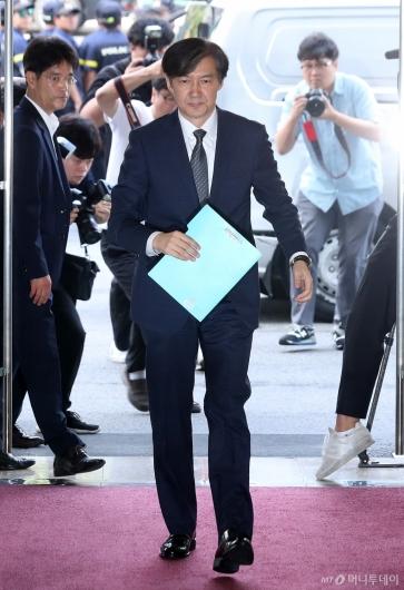 [사진]출근하는 조국 법무부 장관 후보자