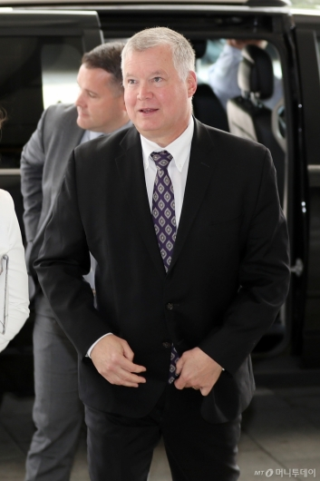 [사진]정부서울청사 들어서는 스티븐 비건