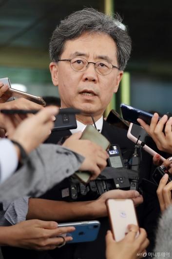 [사진]취재진 질문에 답하는 김현종 국가안보실 2차장