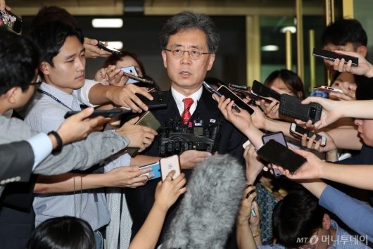 [사진]질의응답하는 김현종