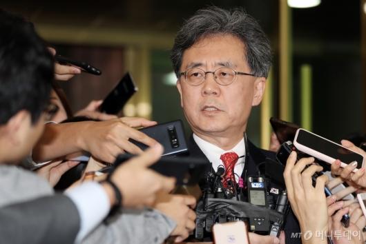 [사진]질문에 답하는 김현종 2차장